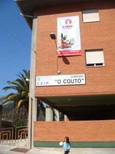 cartel fachada no CEIP O Couto